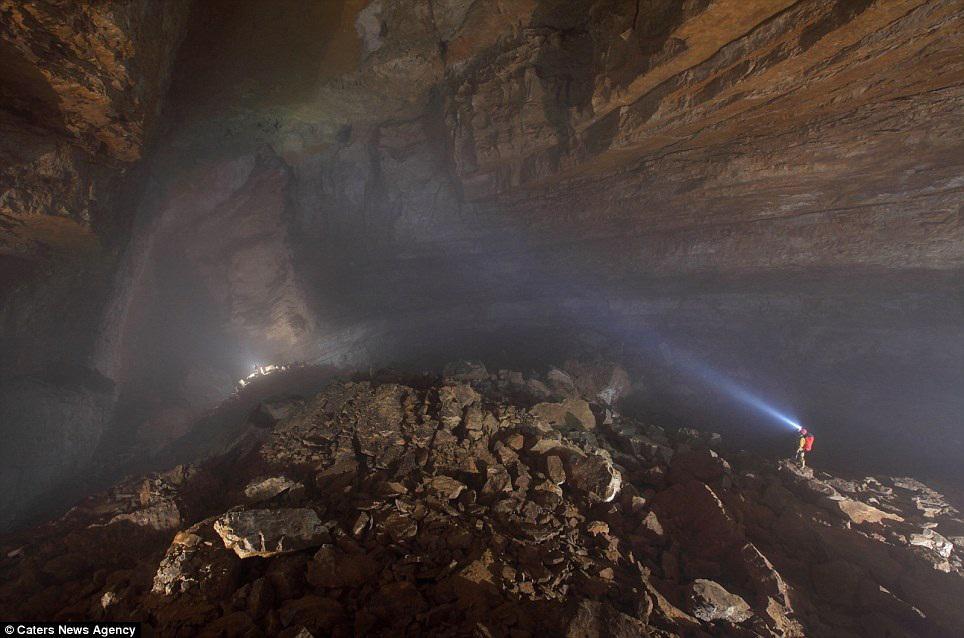 Пещера с туманами и облаками.
