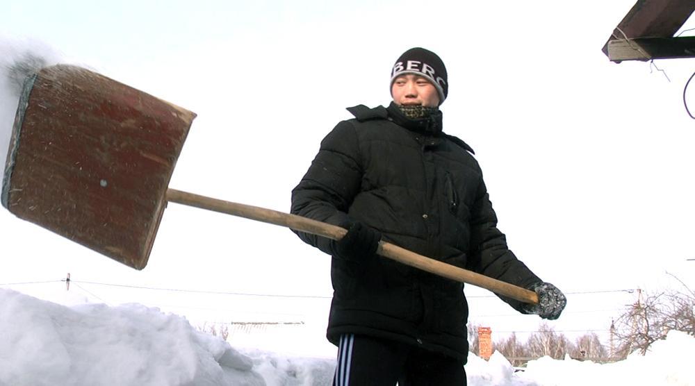 Студенческий отряд «Вьюга» оказал помощь по уборке снега ветеран