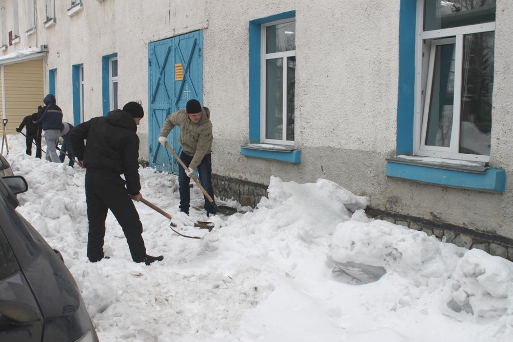 В ЮТИ ТПУ проводятся субботники по уборке территорий от снега и