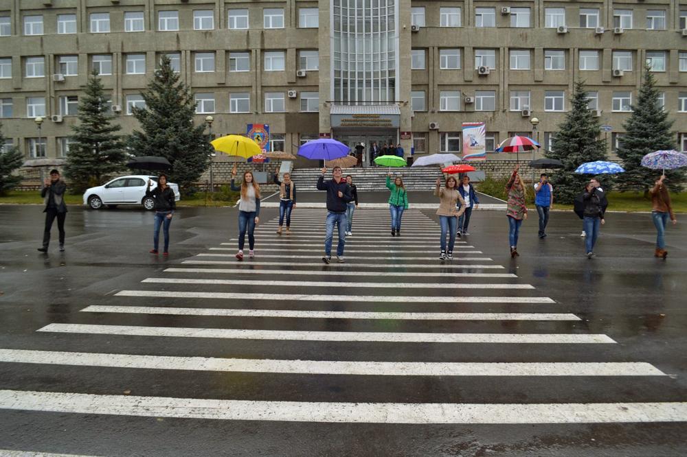 Флешмоб «Яркие зонтики» в городе.