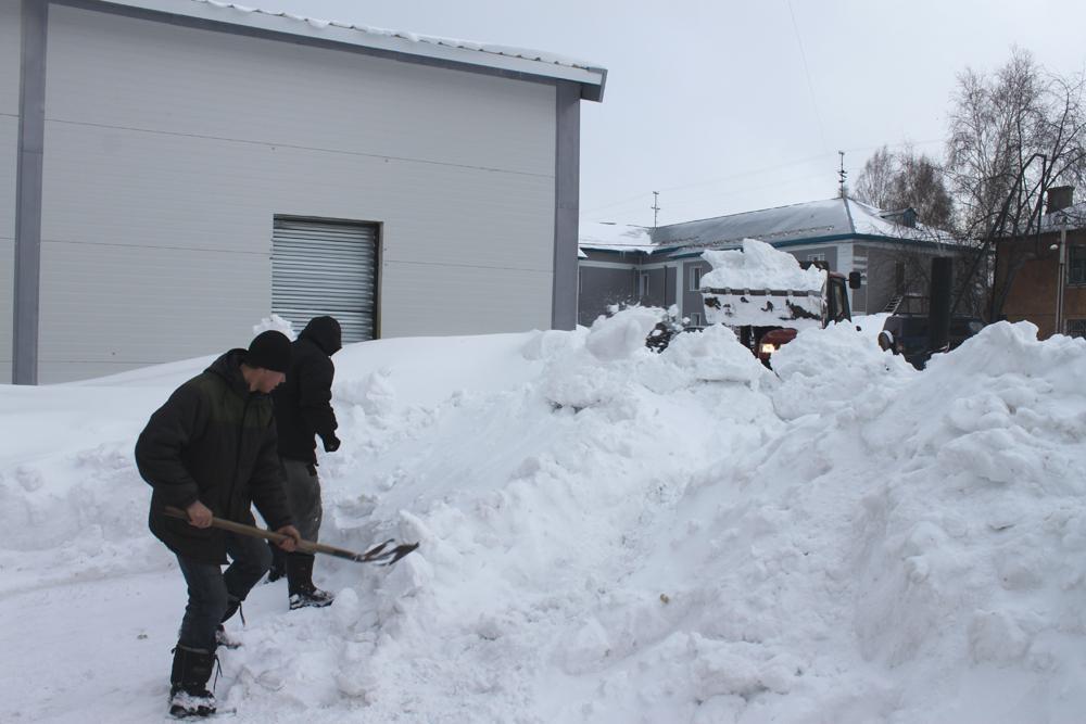 На борьбу со снежной стихией.