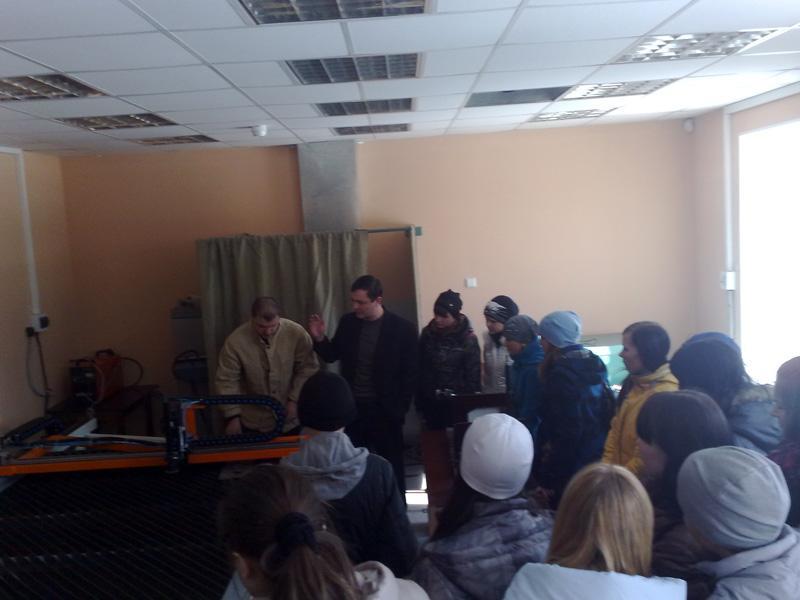 Во время экскурсии школьников на кафедре Сварочного производства
