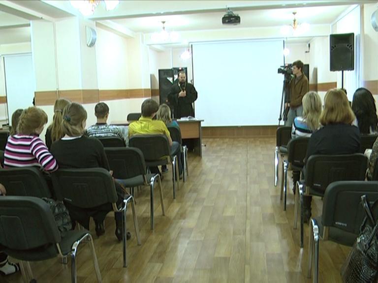 Видеосюжет от 09.10.12 г. «Священник  Евгений в ЮТИ ТПУ».