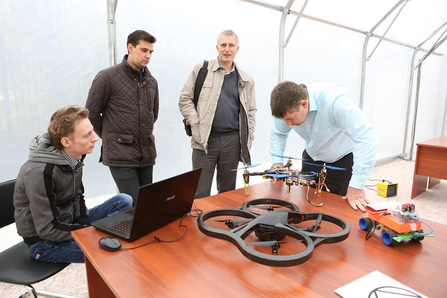 Роботизированные комплексы разработки ЮТИ ТПУ представлены на фо